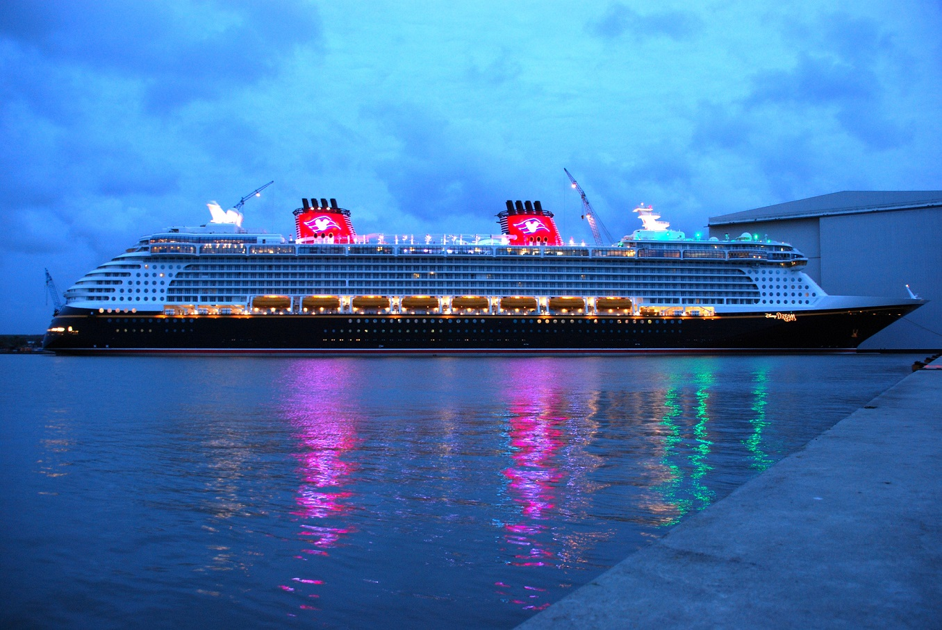 Die DISNEY DREAM am Pier der Meyer Werft im Jahr 2010.
