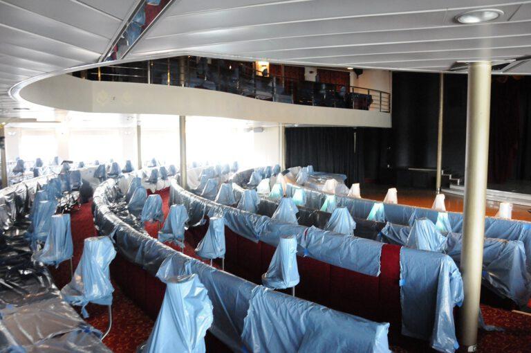 Keine Show, sondern Staubschutz: Die Möbel in der Show-Lounge sind abgedeckt. Foto: Christoph Assies