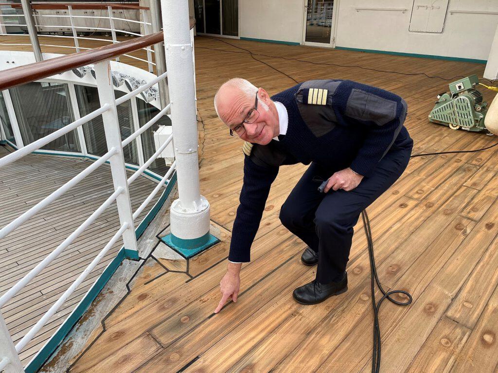 Stolz auf die aufgearbeiteten Teakdecks der AMADEA ist Kapitän Elmar Mühlebach. Foto: Christoph Assies