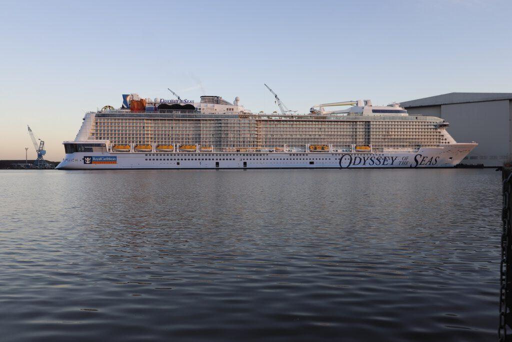 ODYSSEY OF THE SEAS am Ausrüstungskai der Meyer Werft. Dort liegt das Schiff schon seit Ende November 2020. Foto: Christoph Assies