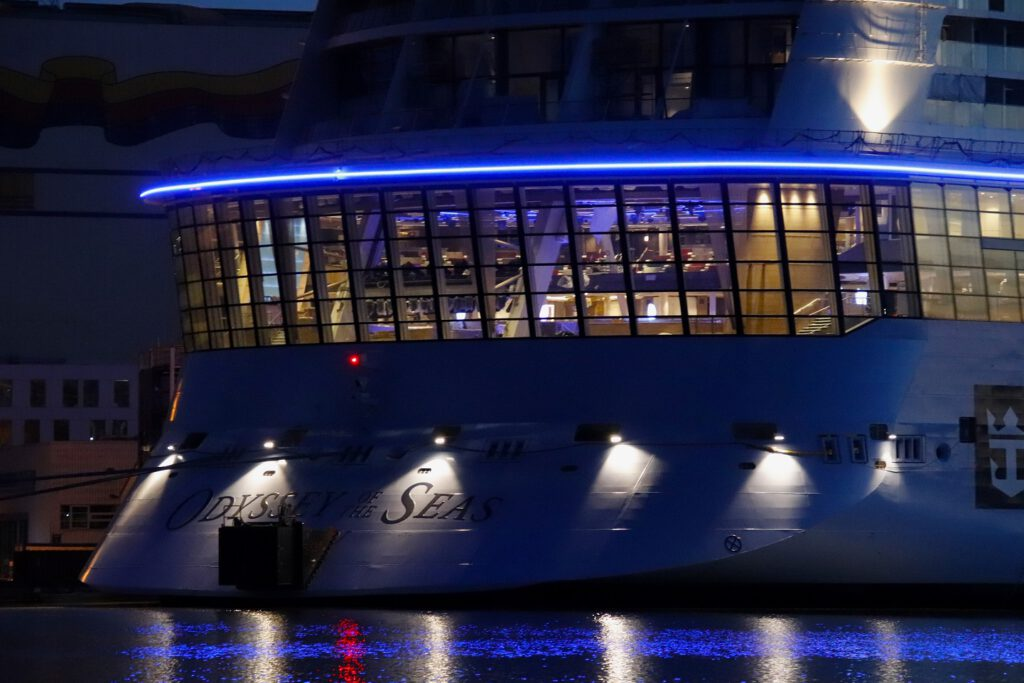 Am Heck des Schiffes erstreckt sich Two70: tagsüber eine offene Lounge mit bodentiefen Fenstern zum Kielwasser und abends ein Multimediatheater. Foto: Christoph Assies