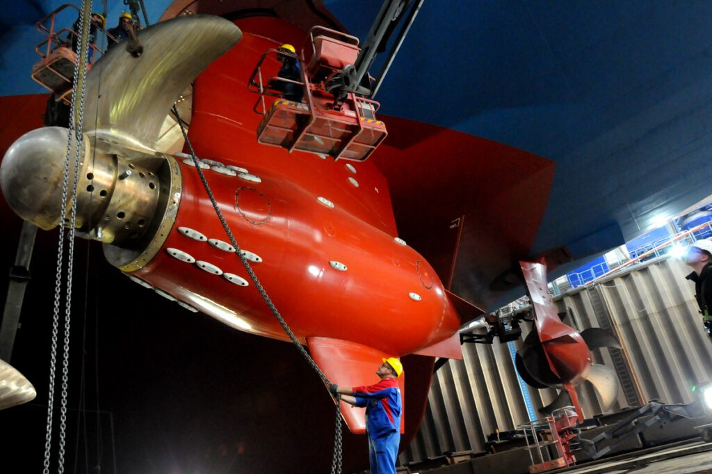 Propellermontage am Kreuzfahrtschiff WORLD DREAM.