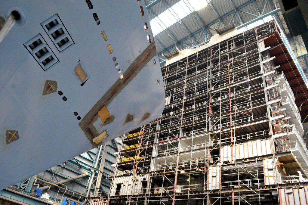 Schwesterschiffe im Bau: QUANTUM OF THE SEAS (links) und ANTHEM OF THE SEAS im Dock der Meyer Werft.