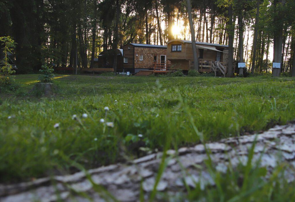Sonnenuntergang über den Tiny-Houses im Land of Green in Worpswede, Niedersachsen